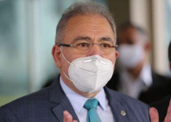 O médico cardiologista Marcelo Queiroga, indicado para ser o novo ministro da Saúde, e o atual ministro da Saúde, Eduardo Pazuello, falam à imprensa no Ministério da Saúde.