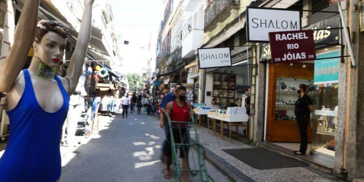 Comércio na SAARA (Sociedade de Amigos das Adjacências da Rua da Alfândega), centro da cidade.  Comércio não essencial está autorizado a reabrir a partir de hoje (9) na cidade do Rio de Janeiro depois de duas semanas fechados devido à pandemia de Covid-19.